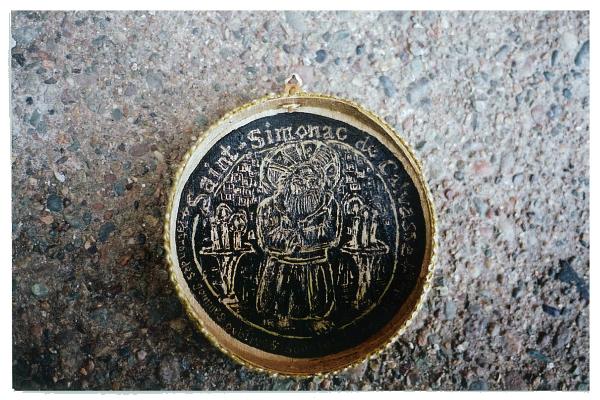 Saint-Simonac de Calvasse, patron des gommes oubliées sous les bancs d\'église